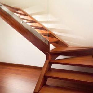 Г-образная деревянная лестница с стеклом, ДЛС-017