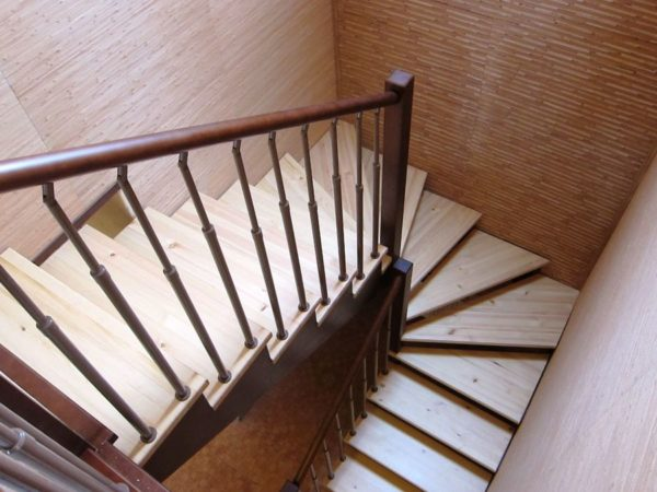 П-образная деревянная лестница из ясеня ДЛС-022