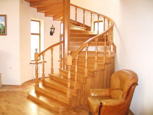 Винтовая деревянная лестница из сосны, ДЛС-029