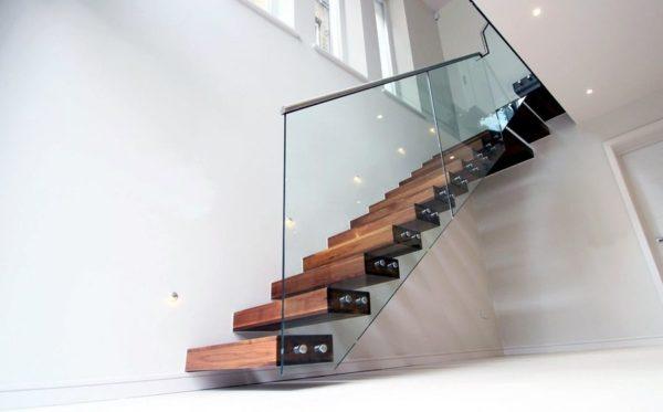 Малогабаритная деревянная лестница с стеклом, ДЛС-053