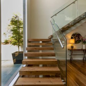 Лестница произвольной формы деревянная с стеклом, ДЛС-062